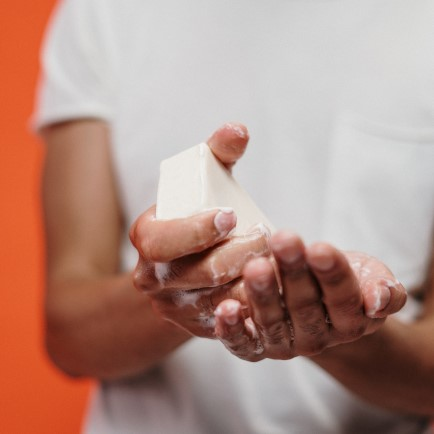 Man using handsoap